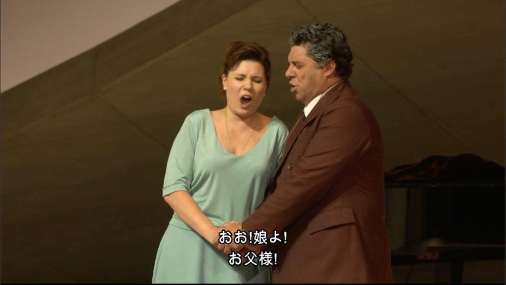 「シモン・ボッカネグラ」で再会の二重奏を歌うシモン役のルカ・サルシとアメーリア役のマリーナ・レベカ。©C Major