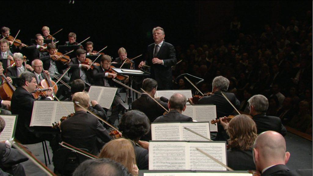 暗譜でブラームスの交響曲第1番を指揮するヤンソンス