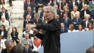 ベルリンフィルヨーロッパコンサート in アテネで指揮をおこなうサイモン・ラトル(2004年)