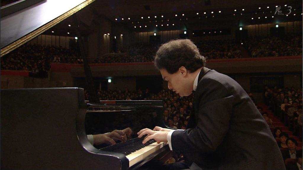 ショパンのピアノ協奏曲第1番を演奏するエフゲニー・キーシン