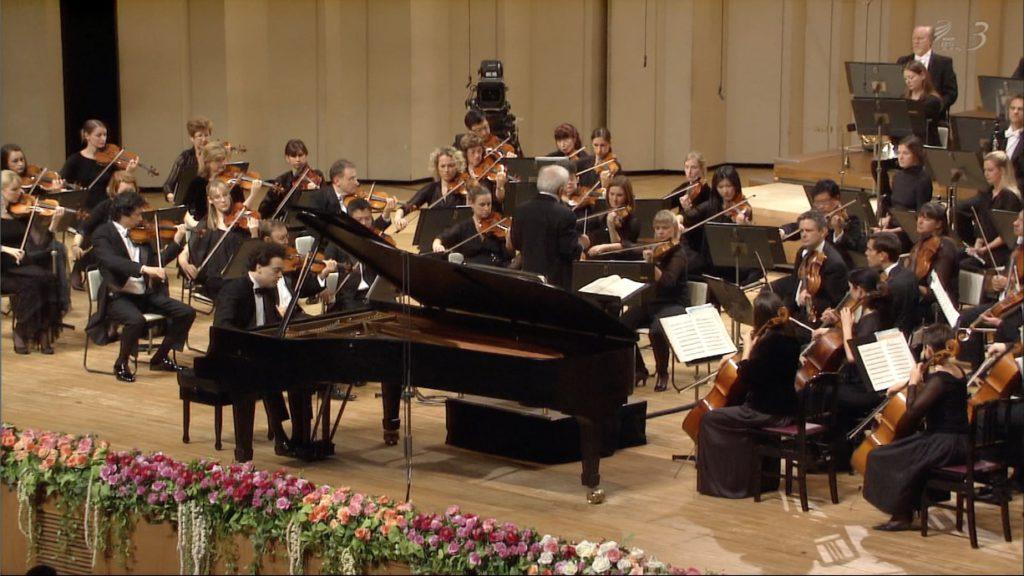 ショパンのピアノ協奏曲第1番を演奏するエフゲニー・キーシンとアシュケナージ指揮シドニー響