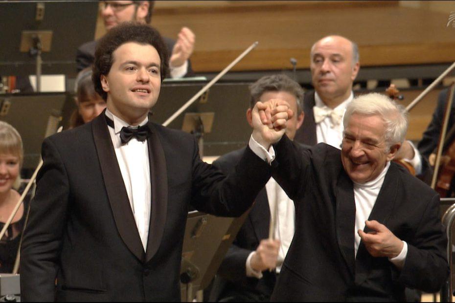 ショパンのピアノ協奏曲を第1番を弾き終えて拍手に応じるキーシンとアシュケナージ