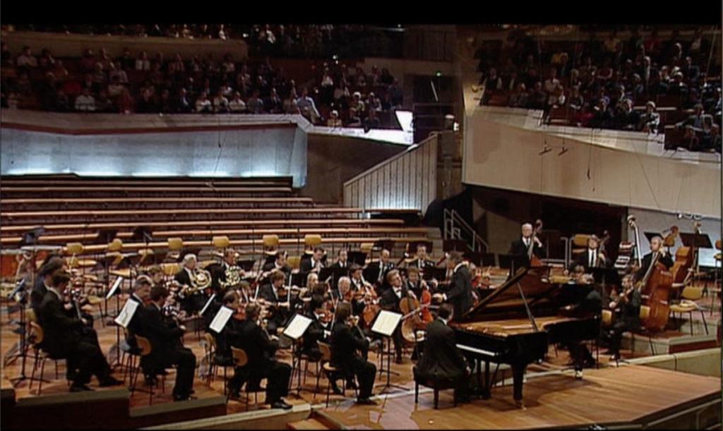 プログラム前半と後半で演奏者の数が体感できる。(c) EuroArts Music
