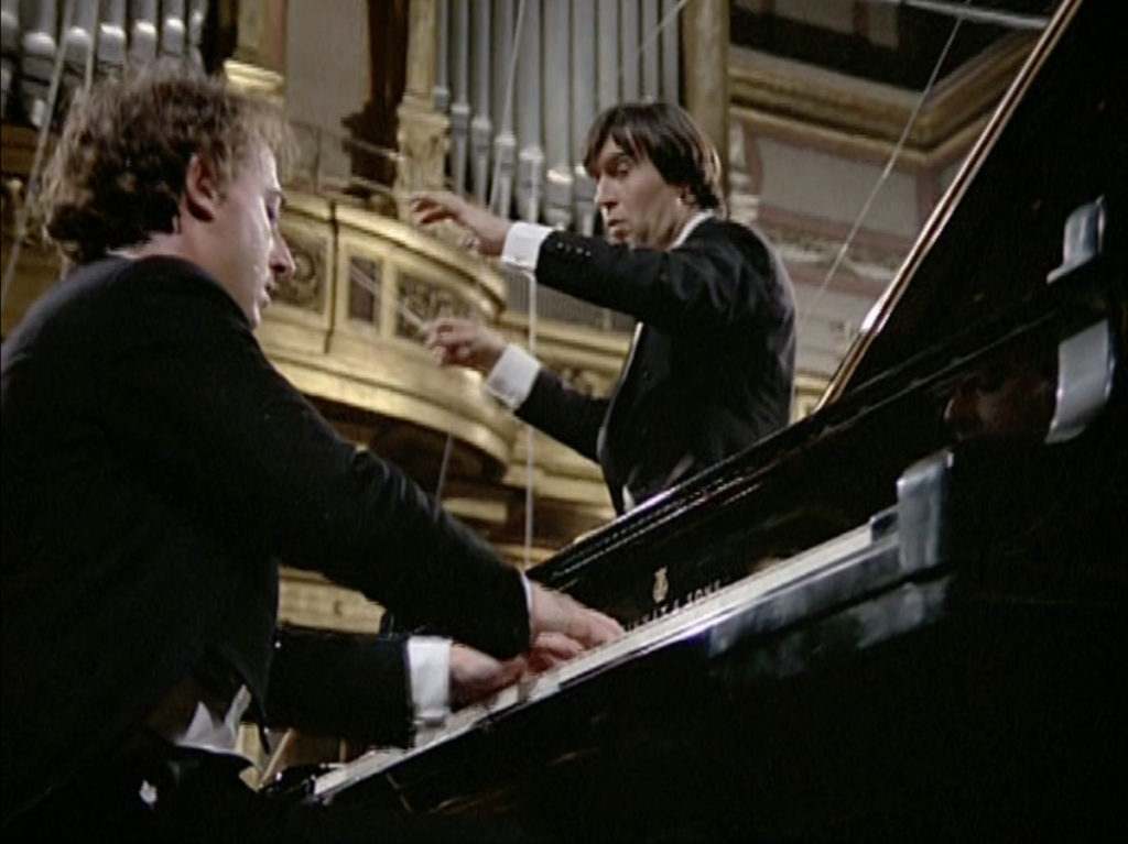 ブラームスのピアノ協奏曲第2番を演奏するマウリツィオ・ポリーニとクラウディオ・アバド
