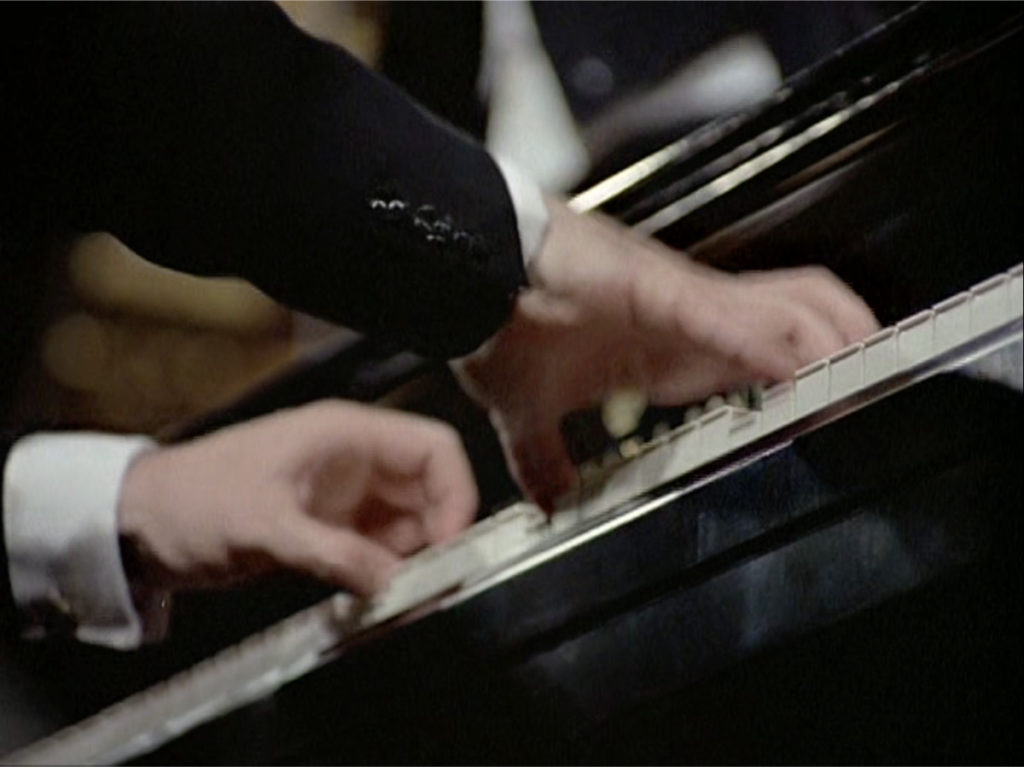 ブラームスのピアノ協奏曲第2番第1楽章の素早いパッセージを演奏するマウリツィオ・ポリーニ。(c) Unitel