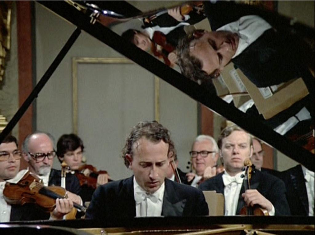 ブラームスのピアノ協奏曲第2番第2楽章を演奏するマウリツィオ・ポリーニ