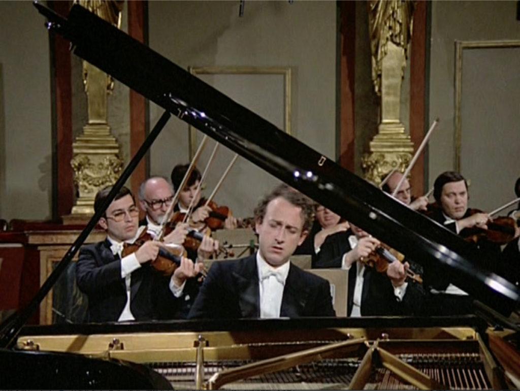 ブラームスのピアノ協奏曲第2番第2楽章を演奏するマウリツィオ・ポリーニ。(c) Unitel