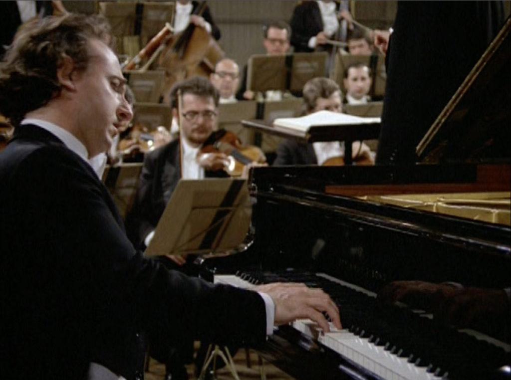 モーツァルトのピアノ協奏曲第19番を演奏するマウリツィオ・ポリーニ