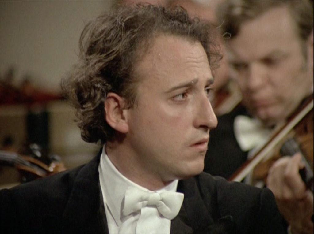 モーツァルトのピアノ協奏曲第23番を演奏しつつベームの指揮に目を配るマウリツィオ・ポリーニ