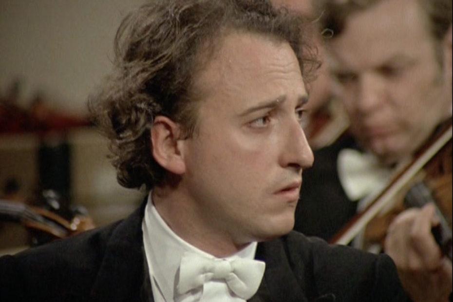 モーツァルトのピアノ協奏曲第23番を演奏するマウリツィオ・ポリーニ