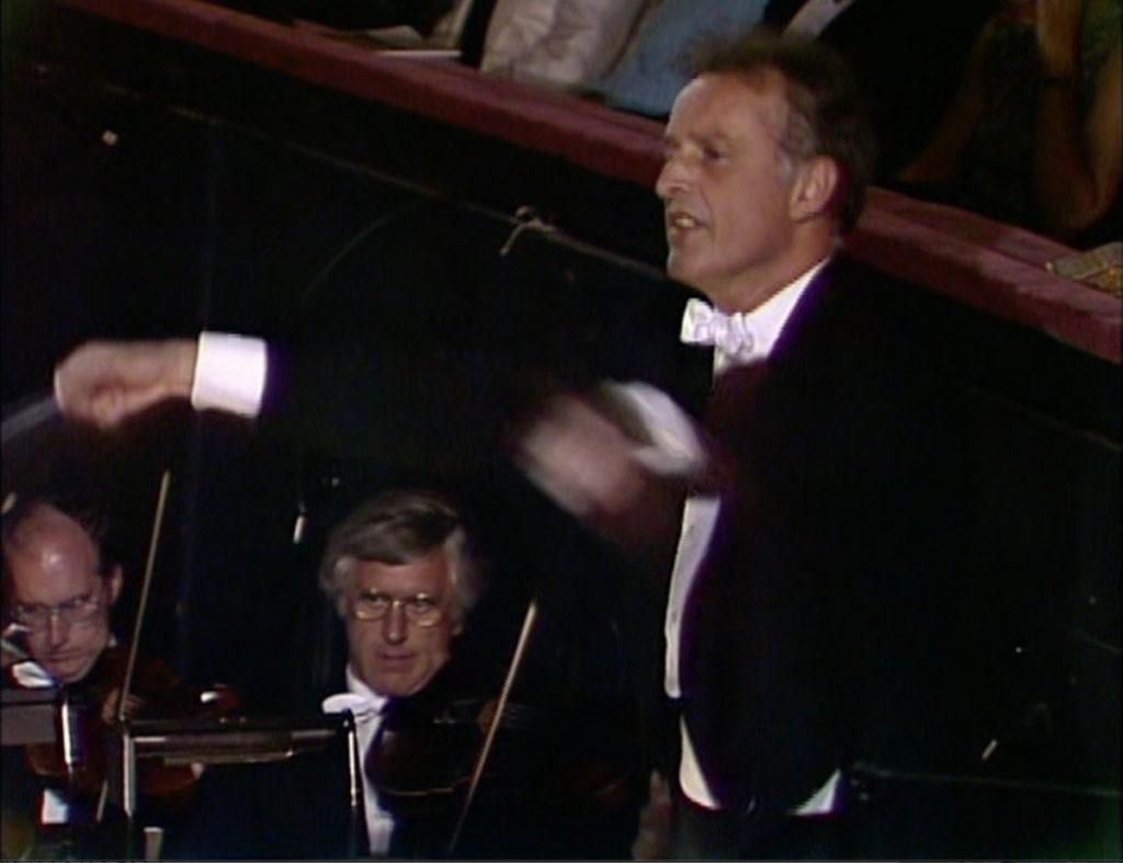 拍手の途中でジェットコースターのように指揮をするカルロス・クライバー。(c) ユニバーサルミュージック