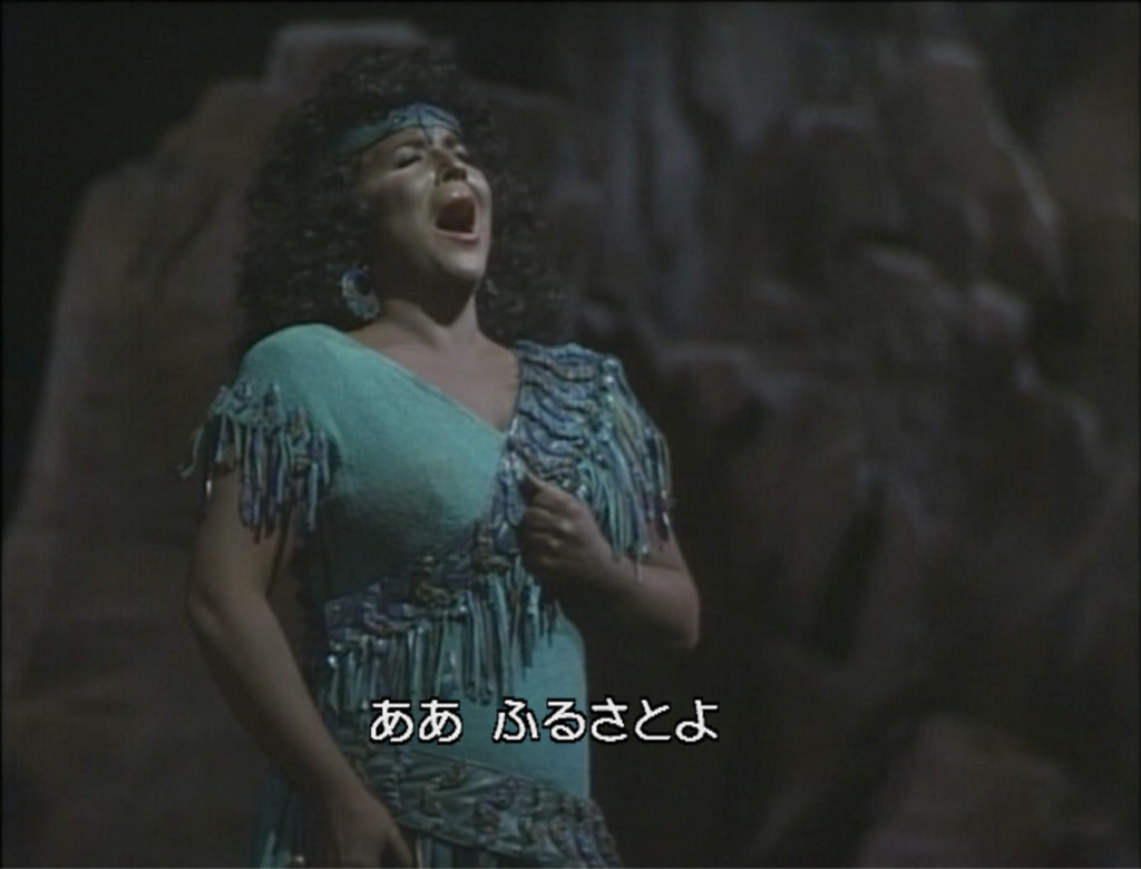 「我が故郷」を歌うアイーダ役のアプリーレ・ミッロ