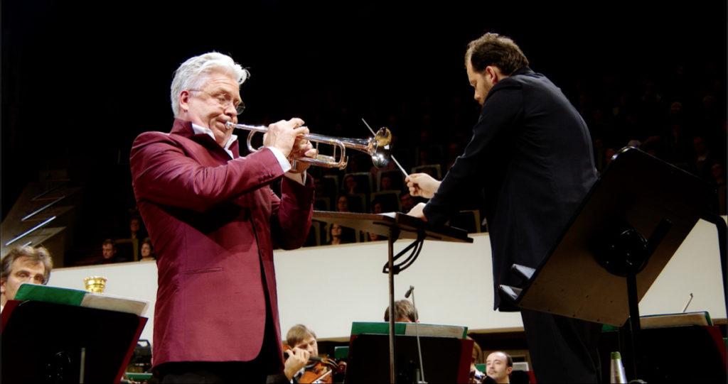 ヴァインベルクのトランペット協奏曲を演奏するホーカン・ハーデンベルガーとアンドリス・ネルソンス指揮ライプツィヒ・ゲヴァントハウス管弦楽団(2019年12月)。(c) Accentus