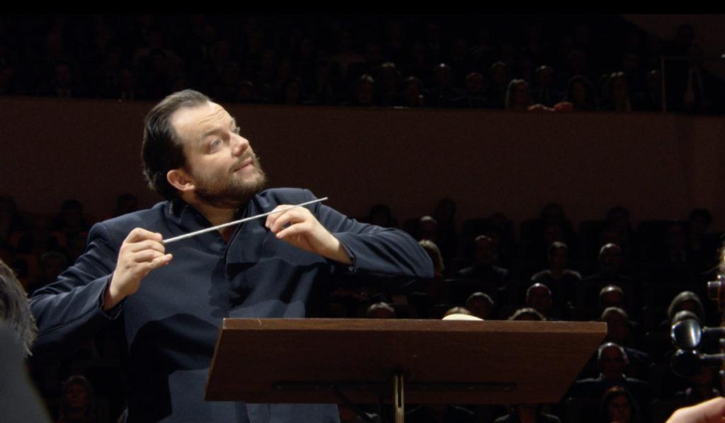 モーツァルトの交響曲第40番を指揮するアンドリス・ネルソンス。(c) Accentus