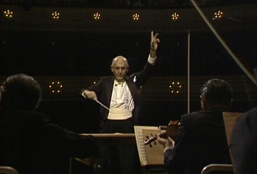 ショスタコーヴィチの交響曲第1番を指揮するサー・ゲオルグ・ショルティ。(c) Unitel