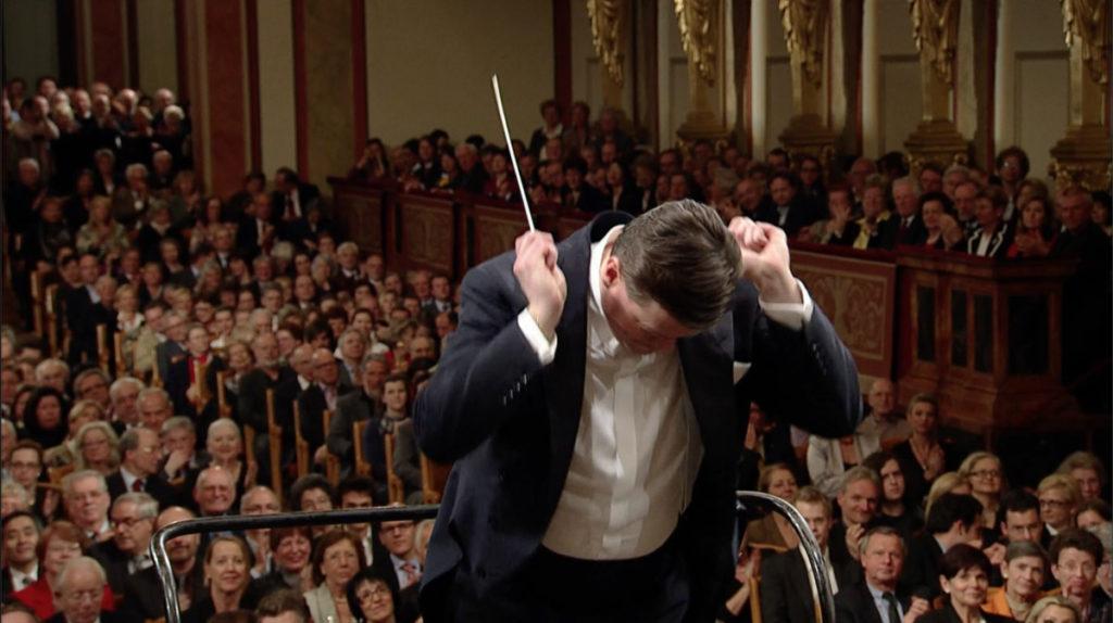 ベートーヴェン交響曲第5番「運命」で拍手が鳴り止む前に指揮を始めるクリスティアン・ティーレマン (c)C Major