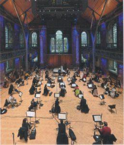 ベートーヴェンのピアノ協奏曲を録音するツィメルマンとラトル、ロンドン響のメンバー (c)Deutsche Grammophon