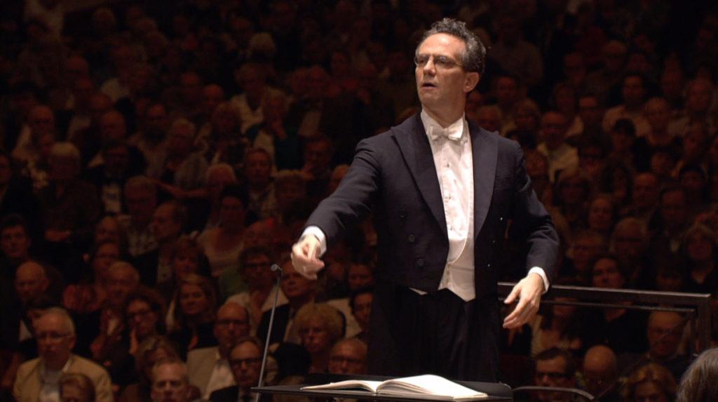 マーラー交響曲「大地の歌」を指揮するファビオ・ルイージ。2011年 (c) RCO Live