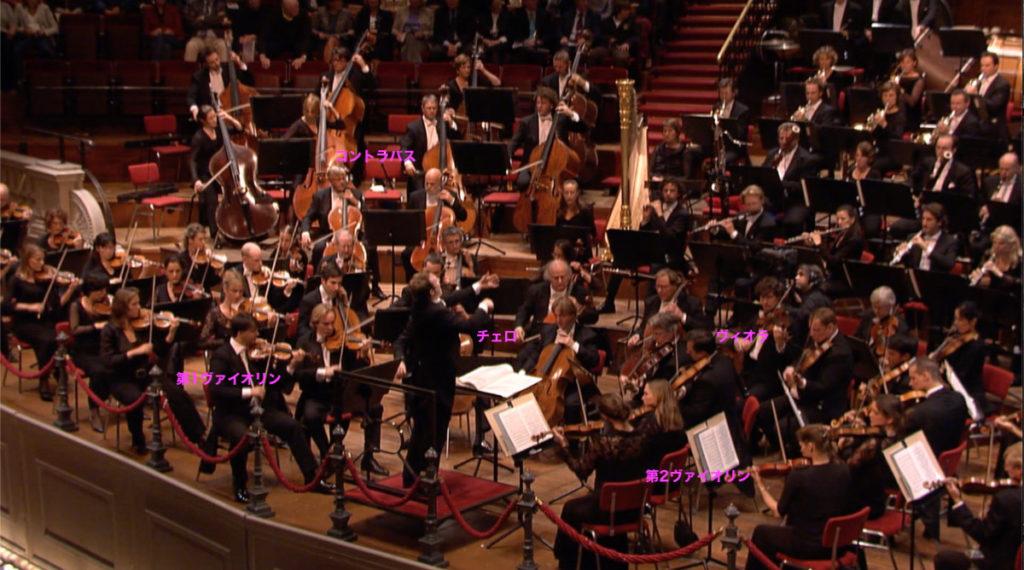 通常配置で演奏するロイヤル・コンセルトヘボウ管弦楽団。2009年 (c) RCO Live