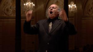 マーラー交響曲第10番を指揮するエリアフ・インバル。2011年 (c) RCO Live