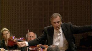 2003年8月にマーラーの交響曲第2番「復活」を指揮するクラウディオ・アバド (c) EuroArts