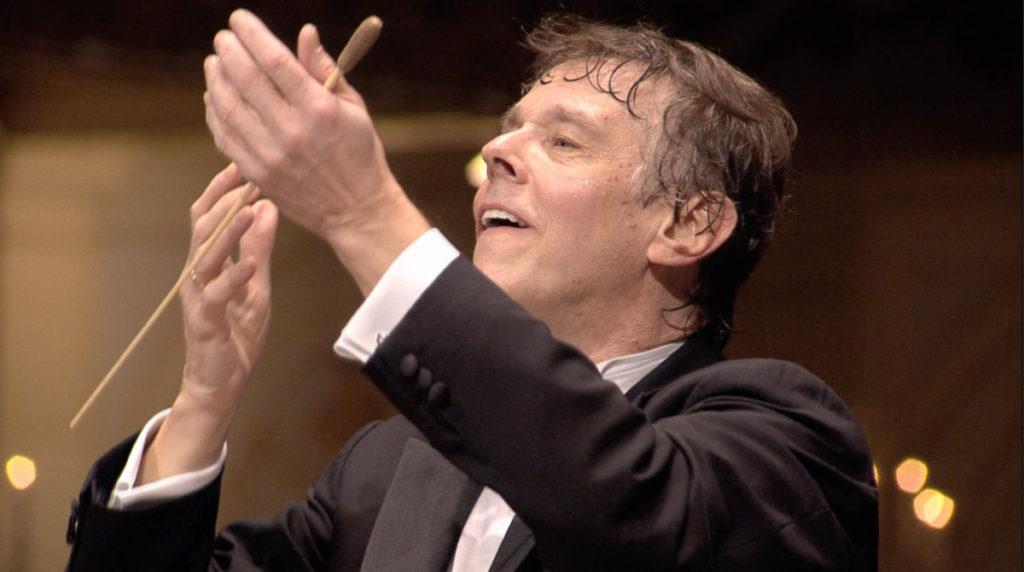 マーラー交響曲第3番の最終楽章を指揮するマリス・ヤンソンス。2010年 (c) RCO Live