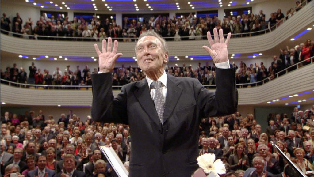 マーラー交響曲第4番を演奏後、鳴り止まない拍手に応えて再びステージに現れたクラウディオ・アバド (c) EuroArts