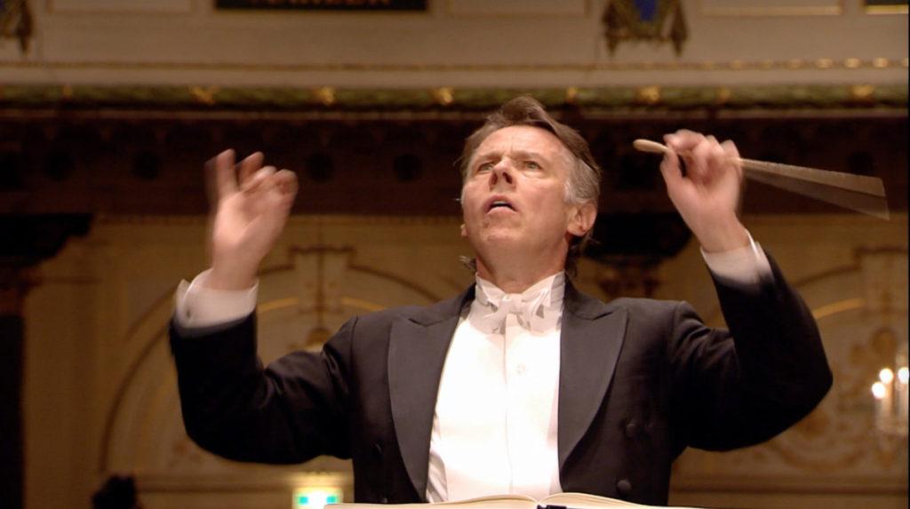 マーラー交響曲第8番「千人の交響曲」を指揮するマリス・ヤンソンス。2011年 (c) RCO Live