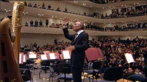 演奏後、鳴り止まない拍手に応えて再びステージに現れたクラウディオ・アバド (c) Accentus