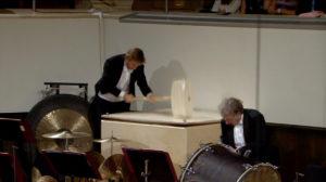 マーラー交響曲第6番「悲劇的」第4楽章でのハンマー1発目。ゲヴァントハウス管弦楽団 (c) Accentus Music