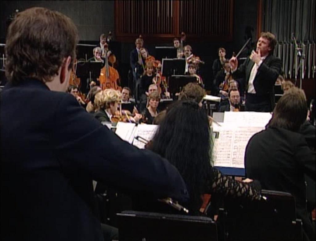 R.シュトラウスの「ツァラトゥストラ」を指揮するマリス・ヤンソンスとオスロフィル(1995年) (c) NRK
