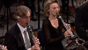 ルツェルン祝祭管弦楽団でマーラー交響曲第9番を演奏するクラリネット奏者のザビーネ・マイヤー (c) Accentus