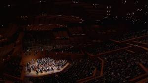 ミュンヘン・フィルハーモニーでのブルックナーの交響曲第3番の演奏を始めるクリスティアン・ティーレマンとシュターツカペレ・ドレスデン (c) C Major