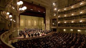 ゼンパー・オーパーでのブルックナーの交響曲第8番の演奏を始めるクリスティアン・ティーレマンとシュターツカペレ・ドレスデン (c) C Major