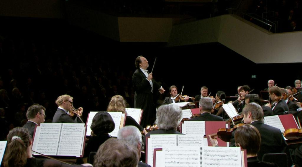 マーラーの交響曲第1番「巨人」を演奏するリッカルド・シャイーとライプツィヒ・ゲヴァントハウス管弦楽団(2015年1月) (c) Accentus Music