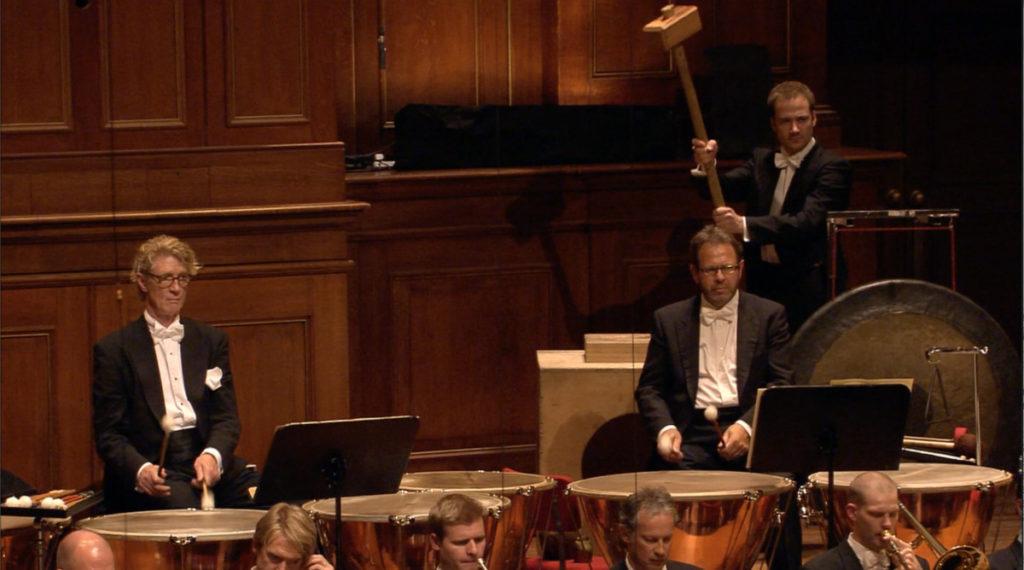 マーラー交響曲第6番「悲劇的」の第4楽章の1発目のハンマー。コンセルトヘボウ管弦楽団 (c) RCO Live