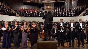 マーラーの交響曲第8番「千人の交響曲」の第1楽章を演奏するリッカルド・シャイーとライプツィヒ・ゲヴァントハウス管弦楽団たち (c) Accentus Music